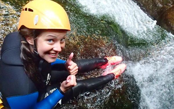 Una ragazza durante un'escursione di body Rafting alle Gole Alcantaraa