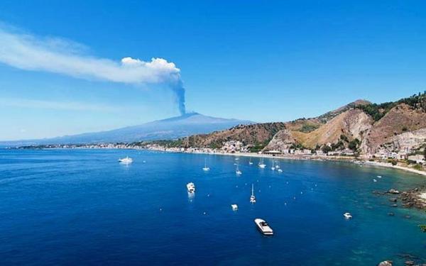 Vista di giardini Naxos con L'Etna sullo sfondo