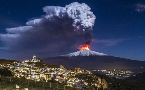Eruzione dell'Etna vista da Cesarò.